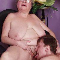 Plan cul d'une grosse mamie obèse
