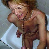 Chienne bourgeoise adore une bonne douche dorée