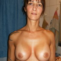Dounia maghrébine qui veut du sperme sur les seins