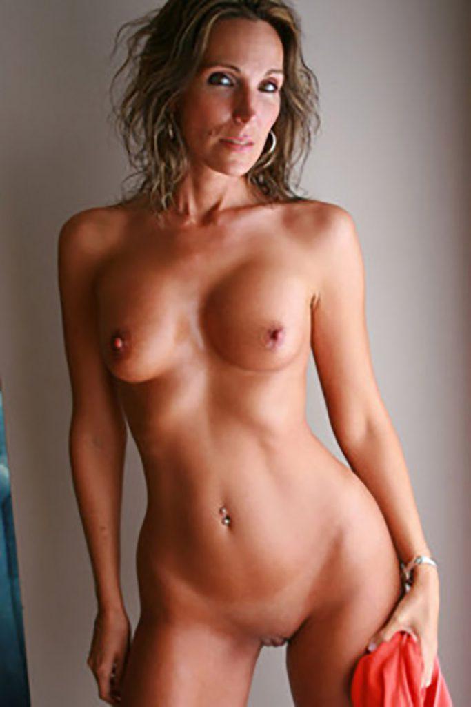 Emmanuelle MILF française petits seins
