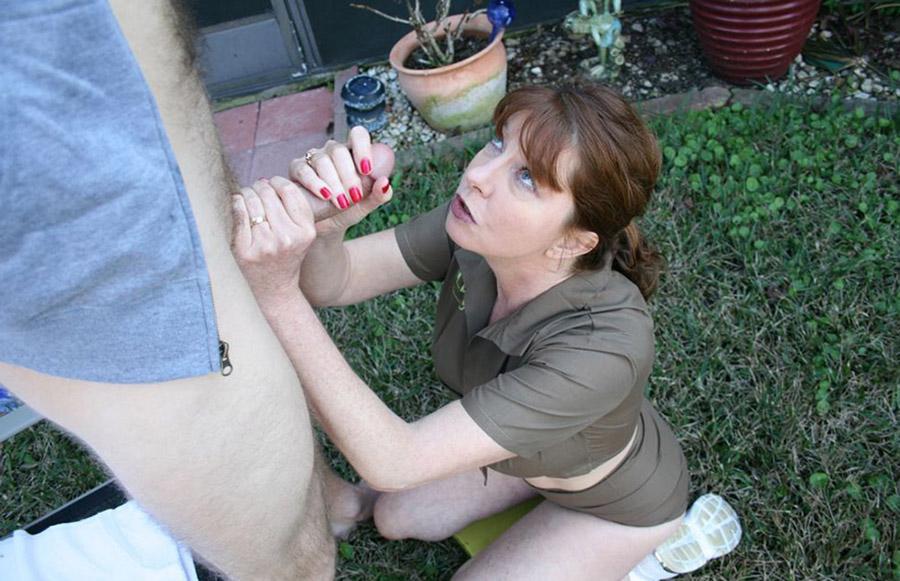 Oriane branle le voisin dans le jardin